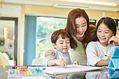 인터넷강의 (인터넷), 홈스쿨링 (교육), 공부, 초등학생, 거실, 공부 (움직이는활동), 미소