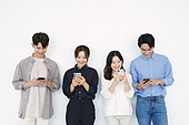 청년 (성인), 한국인, 20대 (청년), 대학생, 휴대폰, 스마트폰, 밀레니얼세대 (컨셉), MZ세대 (컨셉)