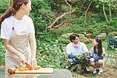 가족, 전원생활 (컨셉), 경작 (식물속성), 텃밭작물 (경작), 홈메이드, 당근, 썰기, 미소, 대화, 뒤돌아보기 (응시)