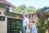 자식두명과가족 (자식), 전원생활 (컨셉), 정원, 웨이빙 (제스처), 인사 (제스처)