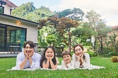 자식두명과가족 (자식), 전원생활 (컨셉), 정원, 엎드림, 턱괴기 (만지기)