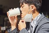 코로나바이러스 (바이러스), 코로나19 (코로나바이러스), 사회적거리두기 (사회이슈), 질병예방, 마스크 (방호용품), 감기예방마스크 (마스크), 카페, 불편함 (어두운표정), 사회이슈 (주제)