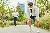 코로나바이러스, 코로나19 (코로나바이러스), 사회적거리두기, 마스크 (방호용품), 운동, 달리기 (물리적활동), 조깅 (운동), 피로 (물체묘사), 기진맥진 (컨셉), 숨이가쁨 (정지활동)