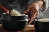 밥, 솥, 음식준비, 사람손 (주요신체부분), 섞기 (움직이는활동), 수증기 (물형태)