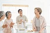 노인여자 (성인여자), 실버라이프 (주제), 함께함 (컨셉), 생일, 케이크, 촛불, 기쁨