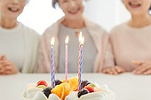 노인여자 (성인여자), 실버라이프 (주제), 함께함 (컨셉), 생일, 케이크, 촛불