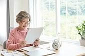 노인 (성인), 노인여자 (성인여자), 공부, 교육 (주제), 디지털태블릿 (개인용컴퓨터), 미소