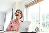 노인 (성인), 노인여자 (성인여자), 공부, 교육 (주제), 디지털태블릿 (개인용컴퓨터), 미소, 생각 (컨셉), 만족