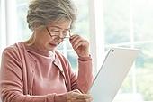 노인 (성인), 노인여자 (성인여자), 공부, 교육 (주제), 노화, 디지털태블릿 (개인용컴퓨터), 안경, 시력, 노안