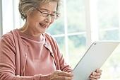 노인 (성인), 노인여자 (성인여자), 공부, 교육 (주제), 디지털태블릿 (개인용컴퓨터)