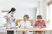 노인 (성인), 노인여자 (성인여자), 공부, 교육 (주제), 교사, 미소