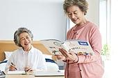 노인 (성인), 노인여자 (성인여자), 공부, 교육 (주제), 미소