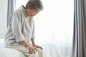 노인여자 (성인여자), 노인문제, 요양원 (양로원), 간호조무사 (간호사), 사람무릎 (관절), 고통 (컨셉)