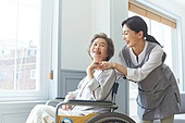 노인여자 (성인여자), 노인문제, 요양원 (양로원), 간호조무사 (간호사), 간병인 (의료계종사자), 의료봉사 (사회복지), 미소, 밝은표정, 자원봉사자 (역할), 위로