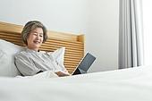 디지털태블릿 (개인용컴퓨터), 원격진료, 비대면, 노인문제 (사회이슈), 미소, 밝은표정