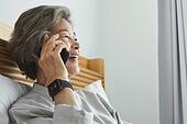 원격진료, 비대면, 스마트폰, 통화중, 미소