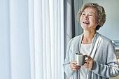 노인여자 (성인여자), 건강관리 (주제), 독거노인 (노인), 외로움 (컨셉), 커피브레이크 (휴식), 휴식, 미소