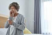 노인여자 (성인여자), 건강관리 (주제), 독거노인 (노인), 외로움 (컨셉), 질병, 고통, 약, 치통