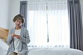 노인여자 (성인여자), 건강관리 (주제), 독거노인 (노인), 외로움 (컨셉), 질병, 고통, 약, 슬픔
