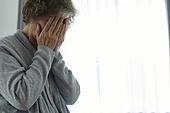 노인여자 (성인여자), 건강관리 (주제), 독거노인 (노인), 외로움 (컨셉), 질병, 고통, 얼굴가리기 (식별할수없는사람), 우울 (슬픔)