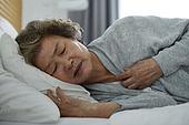 노인여자 (성인여자), 건강관리 (주제), 독거노인 (노인), 외로움 (컨셉), 질병, 고통, 걱정 (어두운표정)