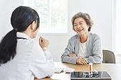 30대 (장년), 여성, 전문직 (직업), 병원 (의료시설), 여자의사, 미소, 진찰 (치료)