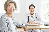 30대 (장년), 여성, 전문직 (직업), 병원 (의료시설), 여자의사, 미소, 밝은표정