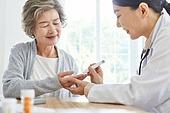 30대 (장년), 여성, 전문직 (직업), 병원 (의료시설), 여자의사, 미소, 진찰 (치료), 혈당측정기 (의료도구)