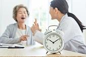 30대 (장년), 여성, 전문직 (직업), 병원 (의료시설), 여자의사, 미소, 진찰 (치료), 자명종 (시계), 시간