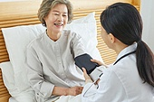 30대 (장년), 여성, 전문직 (직업), 병원 (의료시설), 여자의사, 미소, 진찰 (치료), 혈압계 (의료도구)