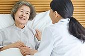 30대 (장년), 여성, 전문직 (직업), 병원 (의료시설), 여자의사, 미소, 진찰 (치료), 손잡기 (홀딩)