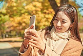 가을, 단풍나무 (낙엽수), 가을 (계절), 단풍철 (가을), 여성 (성별), 사진촬영 (촬영), 스마트폰