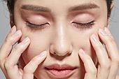 여성, 사람피부 (주요신체부분), 클로즈업, 뷰티, 얼굴 (사람머리), 사람눈 (주요신체부분), 사람코 (주요신체부분), 사람입 (주요신체부분), 눈감음 (정지활동)