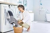 노인여자 (성인여자), 다용도실 (방), 세탁기, 빨래 (허드렛일), 노인건강, 실버라이프, 미소