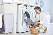 노인여자 (성인여자), 다용도실 (방), 세탁기, 빨래 (허드렛일), 노인건강, 실버라이프, 피로 (물체묘사)