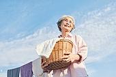 노인여자 (성인여자), 빨래, 가사 (허드렛일), 미소, 밝은표정, 빨랫줄 (생활용품), 건조시키기 (움직이는활동), 노인건강