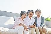노인 (성인), 노인여자 (성인여자), 노인건강, 실버라이프 (주제), 공동체, 실버타운 (공동체), 노후대책 (사회이슈), 미소, 밝은표정, 스마트폰