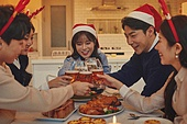 성인 (나이), 파티, 크리스마스 (국경일), 연말파티, 디너파티, 친구, 함께함 (컨셉), 맥주, 건배