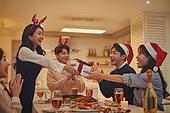 성인 (나이), 파티, 크리스마스 (국경일), 연말파티, 디너파티, 친구, 함께함 (컨셉), 선물 (인조물건), 건네주기 (주기)