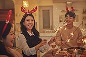 성인 (나이), 파티, 크리스마스 (국경일), 연말파티, 디너파티, 친구, 함께함 (컨셉), 스파클러 (인조물건), 불꽃 (인조물건)