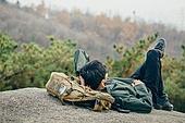 남성, 산, 산악등반 (클라이밍), 비대면, 산림, 혼자여행, 맨위 (위치묘사), 휴식, 눕기 (몸의 자세)