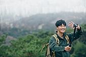 남성, 산, 산악등반 (클라이밍), 비대면, 산림, 혼자여행, 셀프카메라 (포즈취하기), SNS (기술), 미소, 웨이빙 (제스처)