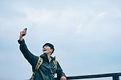 남성, 산, 산악등반 (클라이밍), 비대면, 산림, 혼자여행, 스마트폰, 화상통화 (인터넷전화), 미소