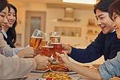 성인 (나이), 연말파티, 집들이, 디너파티 (친목회), 포트락파티 (파티), 미소, 건배, 맥주