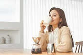 커피 (뜨거운음료), 만들기, 홈메이드, 여성, 핸드드립 (커피), 마시기 (입사용), 미소