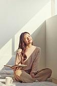 여성, 침실, 햇빛 (빛효과), 휴식, 미니멀라이프 (컨셉), 독서, 커피 (뜨거운음료), 눈감음