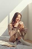 여성, 침실, 햇빛 (빛효과), 휴식, 미니멀라이프 (컨셉), 독서, 커피 (뜨거운음료)