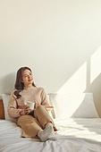 여성, 침실, 햇빛 (빛효과), 휴식, 미니멀라이프 (컨셉), 책, 독서, 차 (뜨거운음료), 커피 (뜨거운음료)