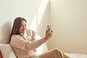 여성, 침실, 햇빛 (빛효과), 휴식, 미니멀라이프 (컨셉), 스마트폰