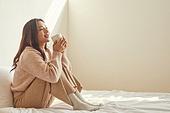 여성, 침실, 햇빛 (빛효과), 휴식, 미니멀라이프 (컨셉), 커피 (뜨거운음료), 차 (뜨거운음료), 마시기 (입사용)